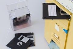3 floppy disk a 5 pollici in una scanalatura di unità floppy su un calcolo da tavolino Fotografia Stock Libera da Diritti