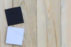 Floppy disk sul fondo di legno del pavimento fotografia stock
