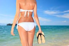 flops flip держа женщину воды пар Стоковая Фотография