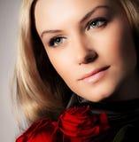 Flor à moda das rosas da terra arrendada da mulher foto de stock