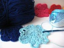 A flor é azul feito malha, rosa, Fotografia de Stock