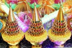 Flor adornada en la bandeja con el pedestal para los monjes Fotos de archivo libres de regalías