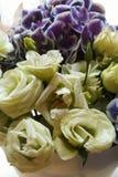 Flor amarilla clara de las rosas y de Violet Orchids Imagen de archivo libre de regalías