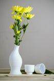 Flor amarilla en todavía del florero la fotografía de la vida Imagen de archivo