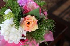 Flor artificial de Rosa como o fundo do Valentim imagens de stock