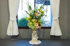 Flor artificial en florero fotografía de archivo libre de regalías