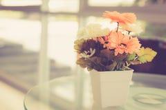 Flor artificial en la tabla imagen de archivo