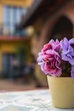 Flor artificial en pote en la tabla Foco selectivo Fotos de archivo libres de regalías