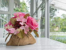 Flor artificial en saco fotografía de archivo libre de regalías