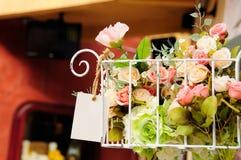 Flor artificial na cesta branca do ferro Imagens de Stock Royalty Free