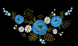 Flor azul del campo del buttercupherb del ranúnculo Postal de la vendimia Estampado de flores tradicional del bordado Ornamento d Imagen de archivo libre de regalías