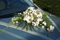 Flor blanca de la boda en el coche Fotografía de archivo libre de regalías