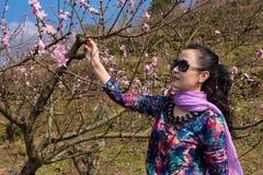 Flor bonita de la mujer y del melocotón Fotografía de archivo libre de regalías