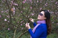 Flor bonita de la mujer y del melocotón Imagenes de archivo