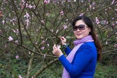 Flor bonita de la mujer y del melocotón Imágenes de archivo libres de regalías