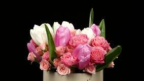 Flor bonita do ramalhete com rosas e tulipas, no preto, rotação filme