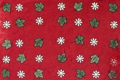 Flor branca no papel da amoreira vermelha Imagens de Stock Royalty Free