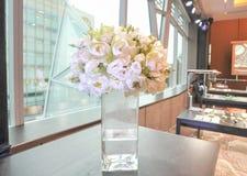 Flor branca no vaso imagens de stock