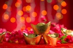 Flor china del ciruelo del ingotsvand del oro de las decoraciones del Año Nuevo Fotografía de archivo
