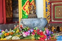 Flor colorida en la hoja del plátano colocada para la adoración Buda Fotografía de archivo