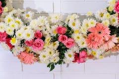 Flor colorida en ladrillo de la pared en día de boda Fotos de archivo