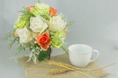 Flor colorida no vaso com café no fundo cinzento Fotografia de Stock Royalty Free