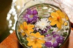 Flor colorida que flota en botella Imagen de archivo libre de regalías