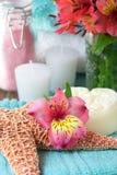 Flor com sais de banho e soa foto de stock