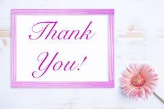 A flor cor-de-rosa com farme e as palavras agradecem-lhe Fotografia de Stock Royalty Free