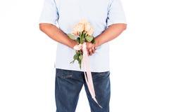 Flor cor-de-rosa da posse do homem atrás para a surpresa sua esposa Imagens de Stock