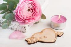 Flor cor-de-rosa do botão de ouro com coração de madeira Foto de Stock Royalty Free