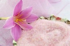 A flor cor-de-rosa do lírio com sal de banho cor-de-rosa no decoupage decorou a curva Imagem de Stock Royalty Free