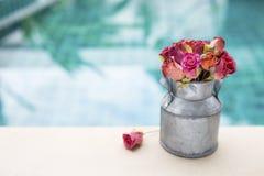 Flor cor-de-rosa do papel colorido no potenciômetro da lata imagens de stock royalty free