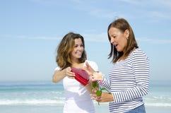 Flor da matriz e da filha e caixa de presente vermelha do cora? Imagem de Stock