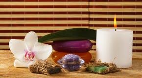 A flor da orquídea, a vela, o sabão feito a mão e o sal do mar para termas proced Foto de Stock