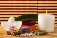 Flor da orquídea, vela, sabão e sal do mar para procedimentos dos termas em w Fotografia de Stock Royalty Free