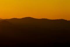 Flor da paisagem da silhueta do céu da montanha Foto de Stock