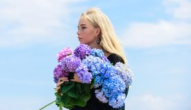 Flor da primavera Alergia do p?len A f?mea adora flores Atributos da mola Aprecie a mola sem alergia A alergia livra foto de stock