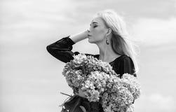 Flor da primavera A f?mea adora flores Atributos da mola Aprecie a mola sem alergia Vida livre da alergia Pare a alergia imagens de stock royalty free