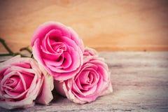 Flor da rosa do rosa em de madeira fotografia de stock