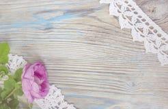 Flor da rosa do rosa na tabela de madeira Imagem de Stock Royalty Free