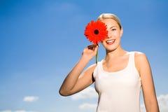 Flor da terra arrendada da mulher de encontro ao céu azul foto de stock royalty free