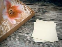 Flor da tulipa em pranchas escuras da madeira do celeiro Foto de Stock Royalty Free