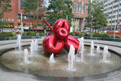 Flor de balão vermelha por Jeff Koons em 7 World Trade Center Foto de Stock Royalty Free