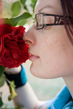 Flor de cheiro da mulher nova Foto de Stock