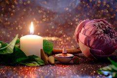 Flor de lótus cor-de-rosa que dobra o estilo tailandês com luz branca da vela e Fotos de Stock