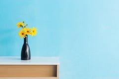 Flor de la alcachofa de Jerusalén en florero en diseño interior de la tabla Fotografía de archivo