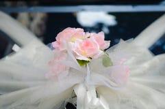 Flor de la boda en el coche Foto de archivo libre de regalías