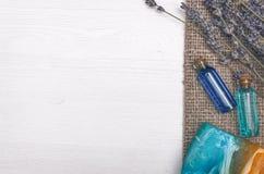 Flor de la lavanda, jabón sólido y aceite esencial del azul Accesorios del baño Spa Terapia del aroma Imágenes de archivo libres de regalías