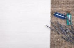 Flor de la lavanda y aceite esencial del azul Accesorios del baño Spa Terapia del aroma Fotografía de archivo